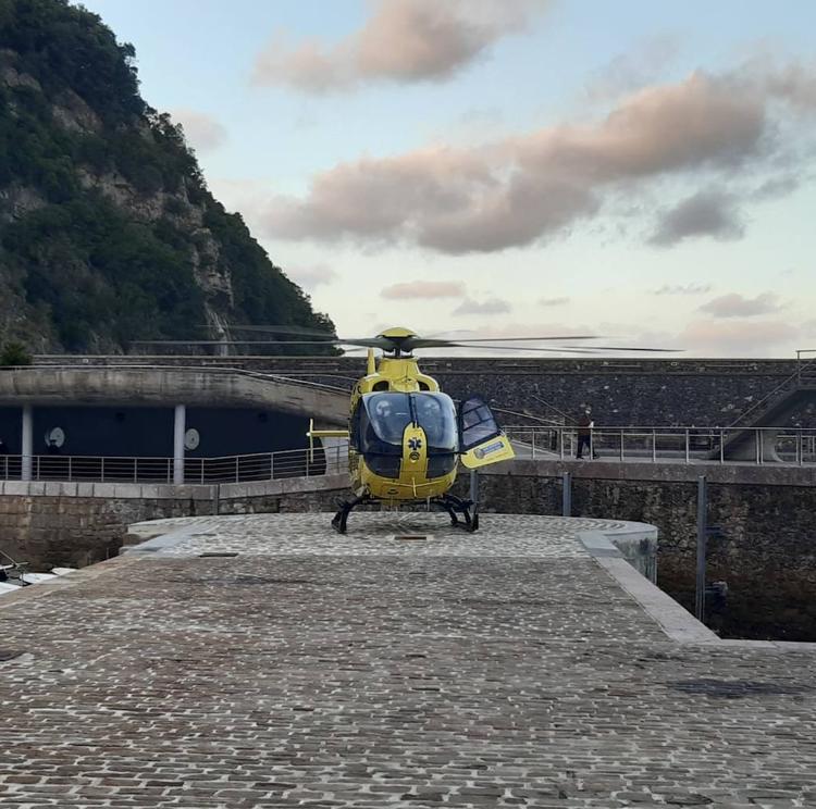 Elantxobe habilita un helipuerto en la dársena para traslados de emergencia