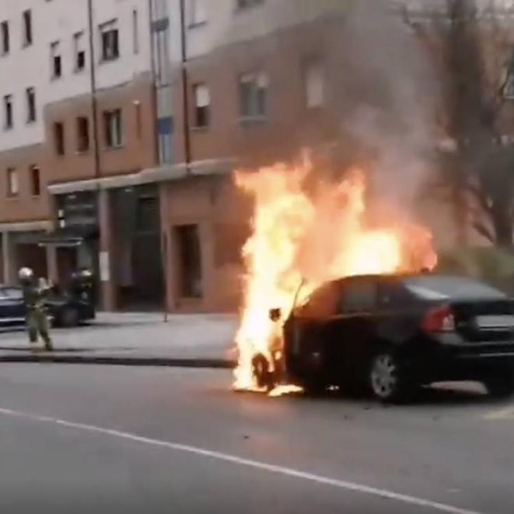 Los bomberos extinguen un espectacular incendio de un vehículo en Leioa