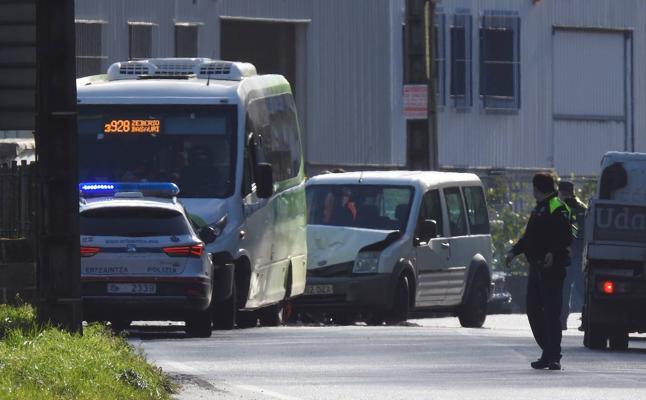 Herido el conductor de un turismo tras chocar contra un Bizkaibus en Arrigorriaga