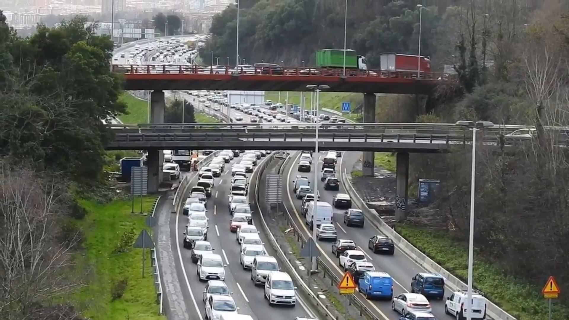 Retenciones en Erandio tras un accidente entre cinco vehículos