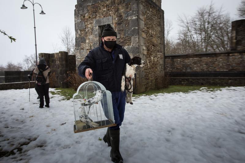 La nieve anima la asistencia de mascotas en Urkiola en busca de la bendición de San Antón