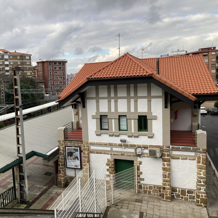 Renfe adecenta la estación basauritarra de Bidebieta mientras se construye la nueva