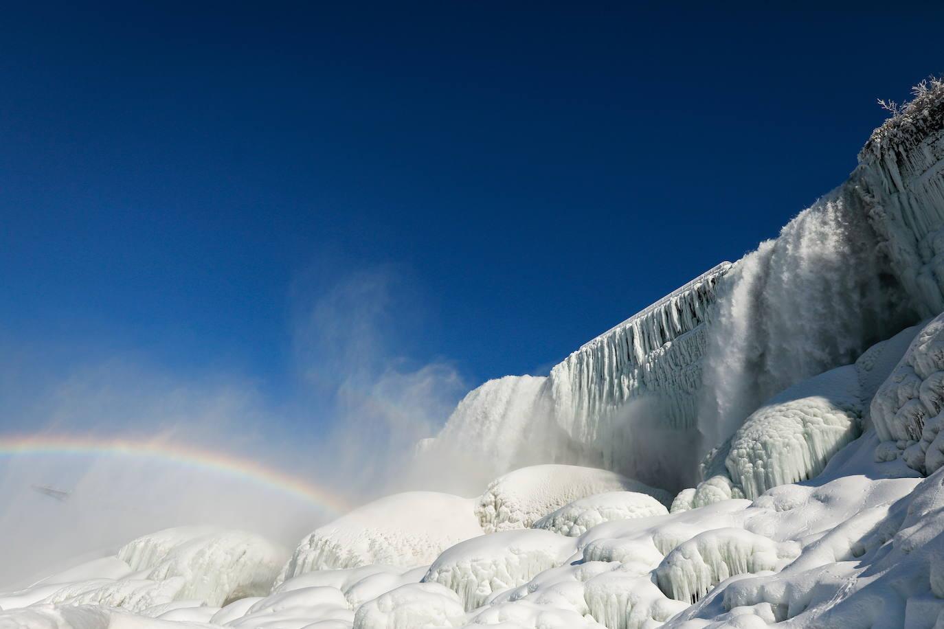El frío congela las cataratas del Niágara