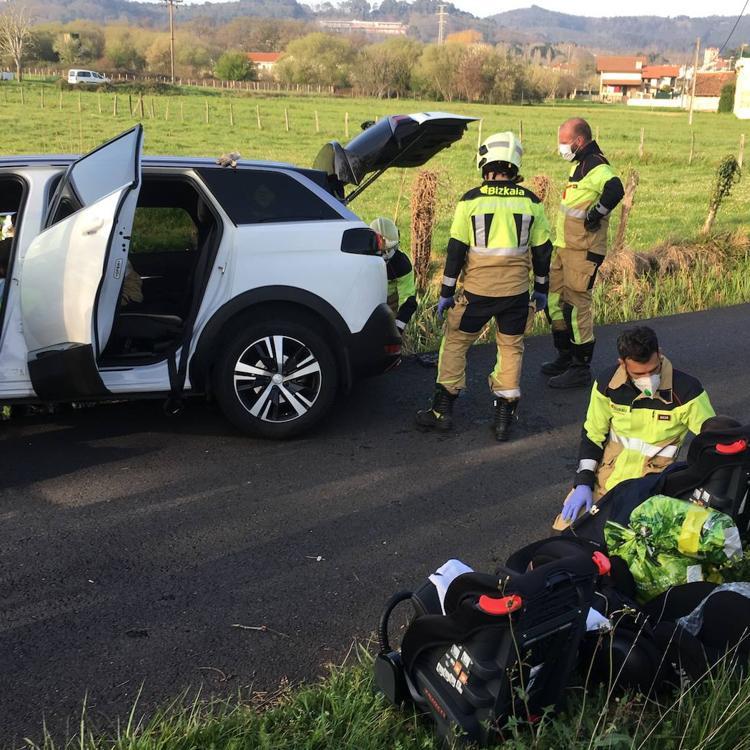 Rescatan a una pareja y a sus tres hijos tras caer con su coche en una acequia en Erandio