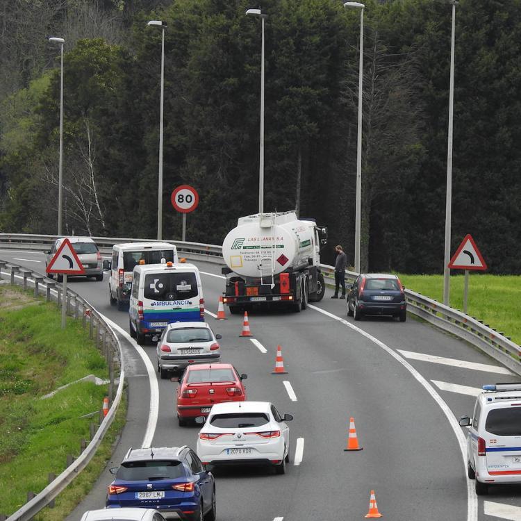 Retenciones en Rontegi tras averiarse un camión que transportaba gasoil