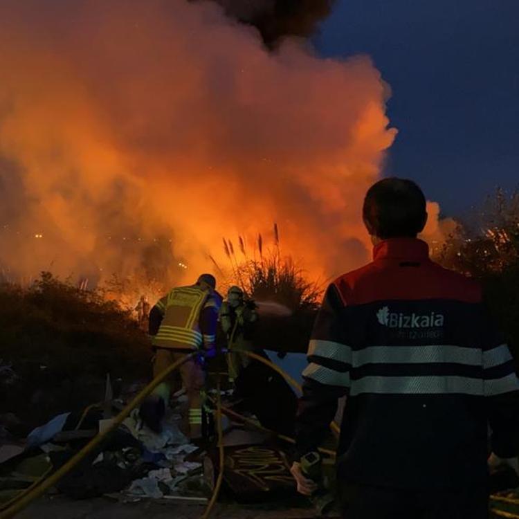 Un incendio en una zona de maleza alerta a los vecinos de Barakaldo por la intensa humareda