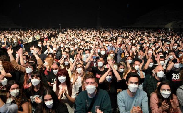 Concierto de Love of Lesbian ante 5.000 personas: test de antígenos a la  entrada, con mascarilla y sin distancia de seguridad   El Correo