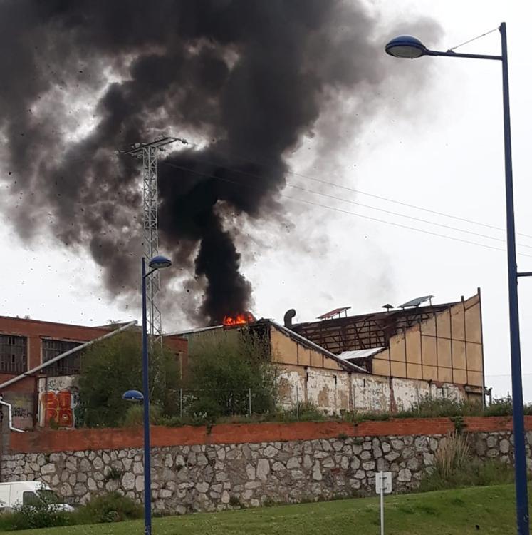 Incendio en un pabellón industrial abandonado en Portugalete