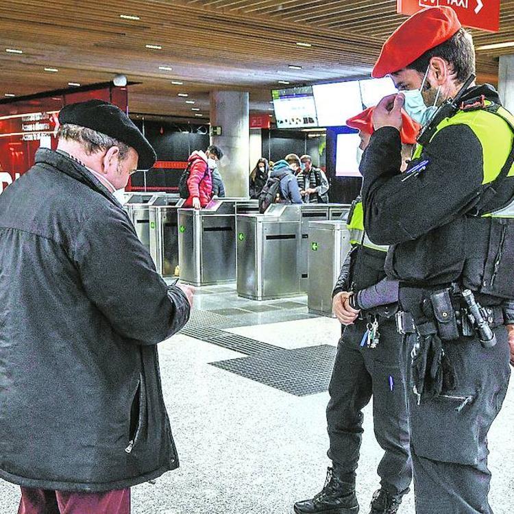 La Policía controla la movilidad en las bocas de metro y en la Intermodal