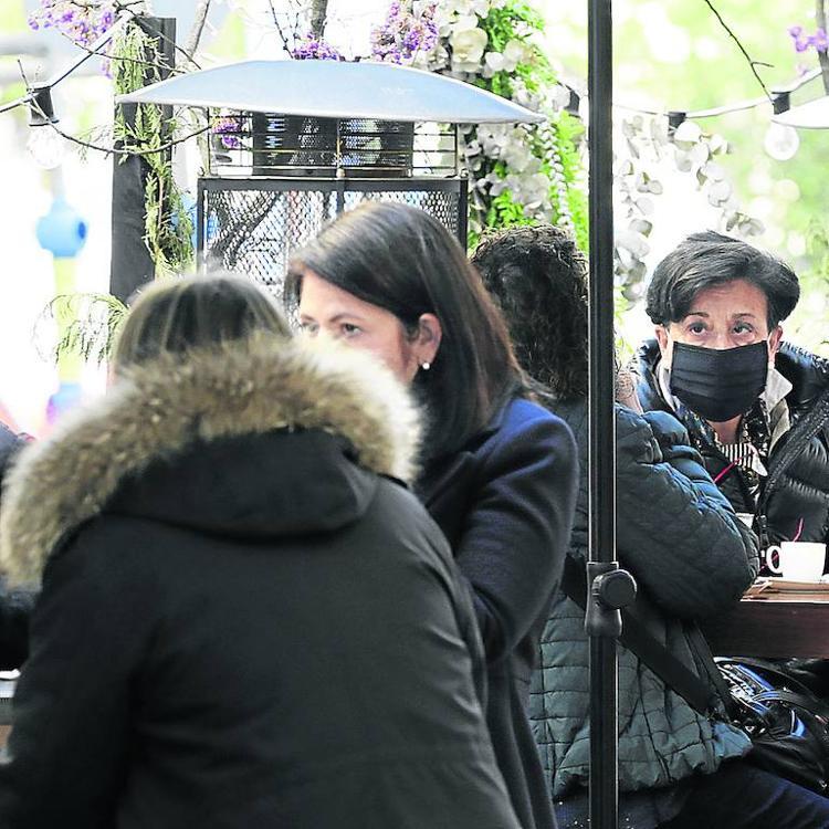 Cafés con un recargo de hasta el 50%, reservas y tiempo limitado en las terrazas de Bilbao