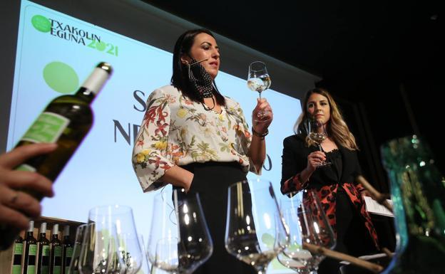 La sumiller Nerea Cuenco, durante el acto de presentación de la nueva cosecha. /Jordi Alemany