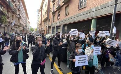 Decenas de personas paralizan el desahucio de una vecina en Bilbao