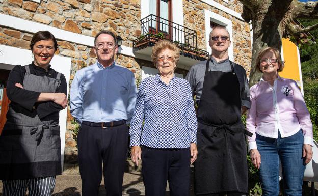 Nati Bilbao posa, en el centro, junto a sus colaboradores delante del restaurante./Maika Salguero