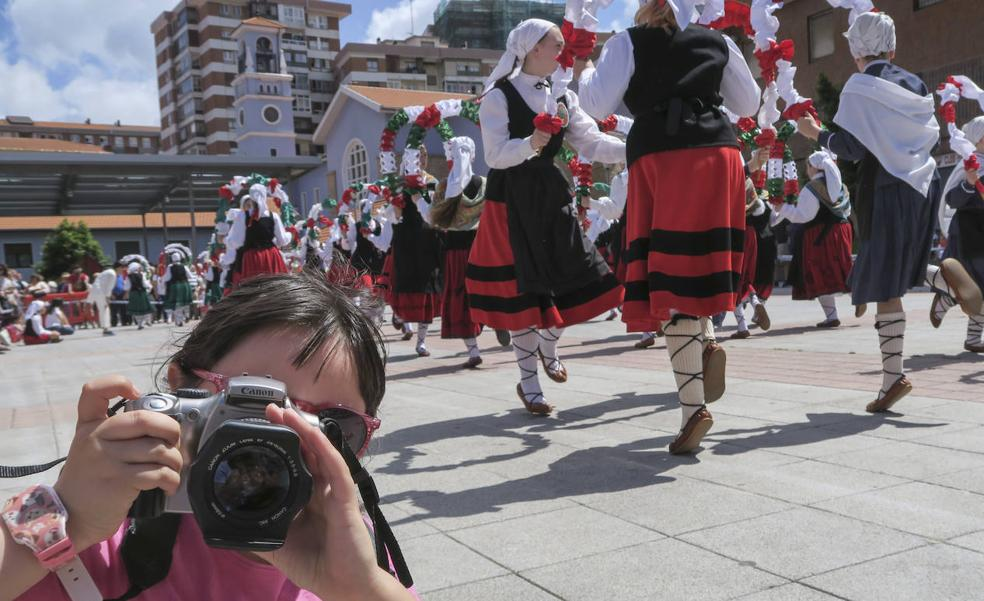 Desfile de trajes de bailes vascos en la Euskal Astea de Astrabudua