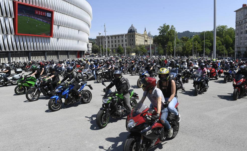 Más de 700 moteros exigen en Bilbao más seguridad en las carreteras para «salvar vidas»