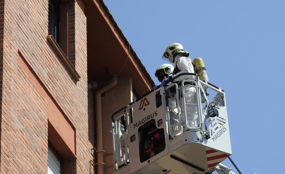 Los bomberos entran por la ventana de la vivienda de una mujer de Getxo que no daba señales de vida desde el viernes