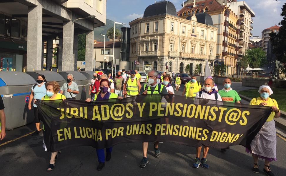 Una marcha recorre la Margen Izquierda en defensa de las pensiones y contra el maltrato en la vejez