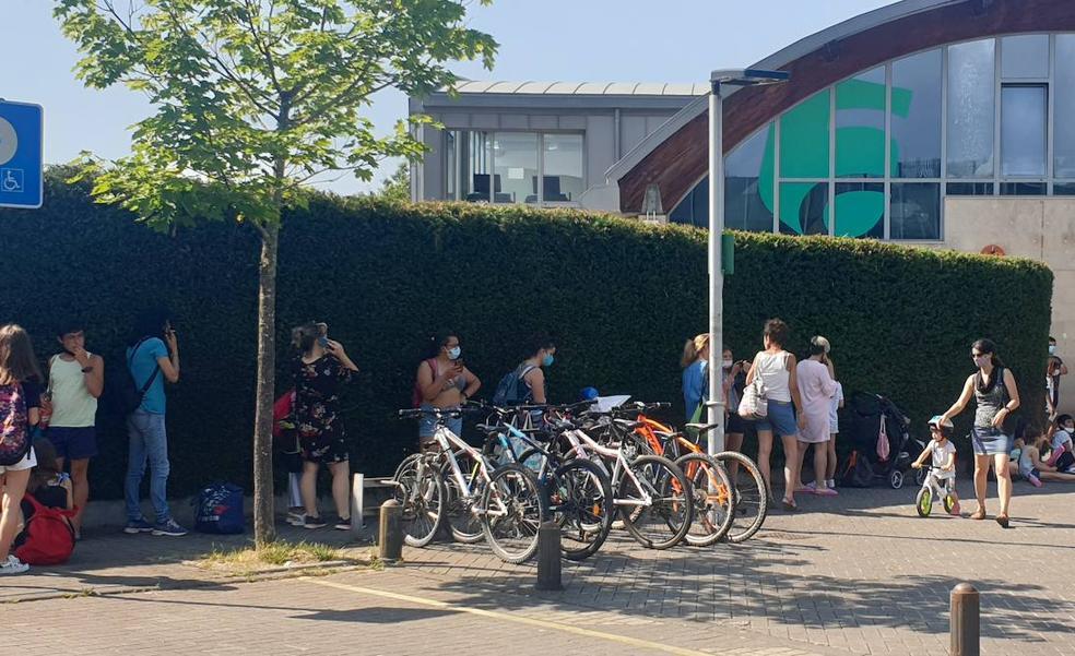 Hora y media de espera a más de 30 grados para acceder a las piscinas de Abadiño