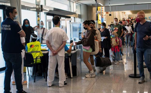 Passeggeri che mostrano un certificato COVID all'arrivo all'aeroporto di Palma di Maiorca.