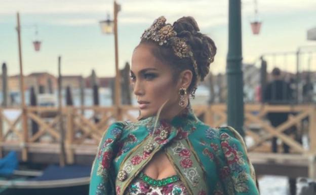 Jennifer Lopez dressed in Dolce & Gabbana, label included, in Venice.  / Instagram