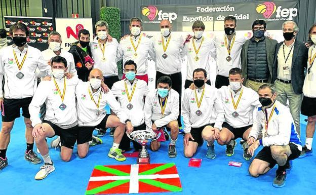 La selección vasca de veteranos en un reciente torneo organizado por la Federación Española de Pádel. /e. c.