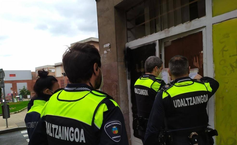 La Policía de Barakaldo detiene a dos personas acusadas de acceder a sendos inmuebles