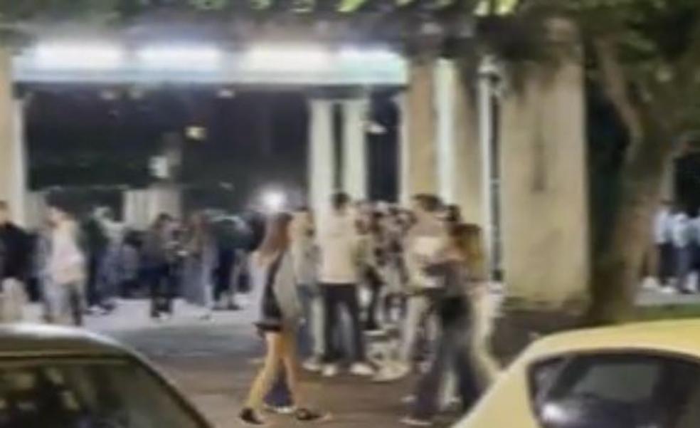 El alcalde censura el macrobotellón de Doña Casilda: «Siento vergüenza ajena»