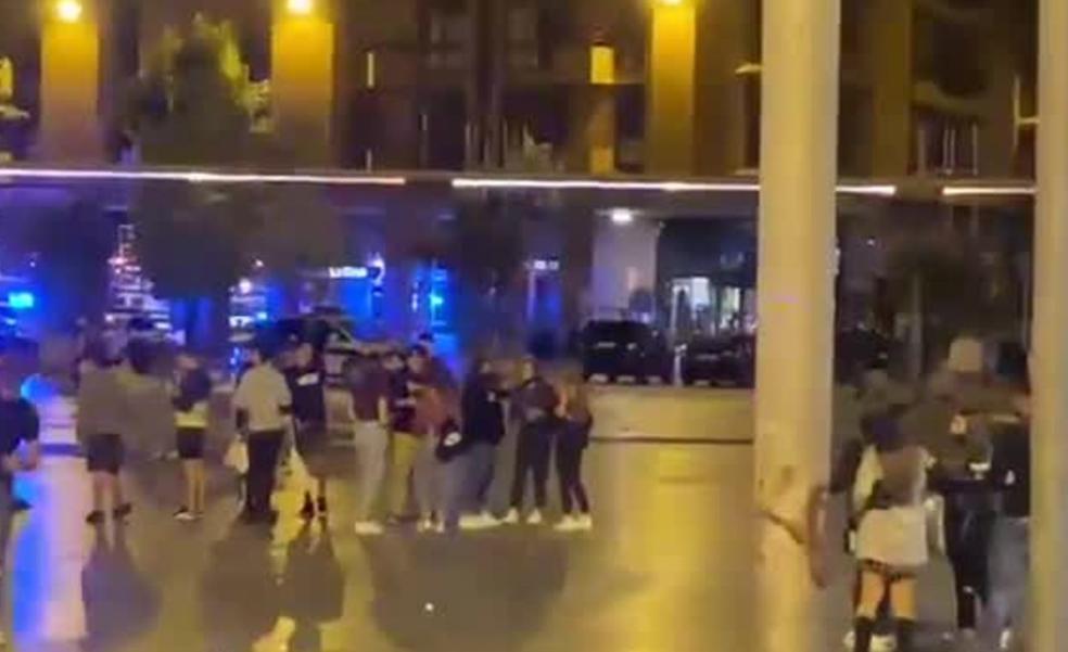 Una madrugada de vandalismo, ruido y borracheras en el centro de Las Arenas