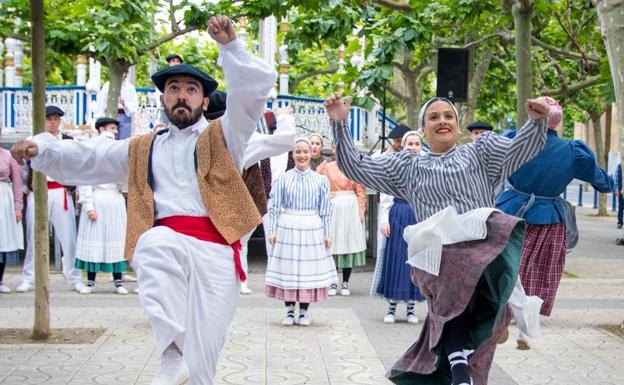 Dantzaris en la última edición del Folklore Azoka en Portugalete./ / ELAI ALAI