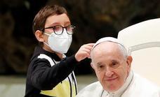 Un niño rompe la barrera de seguridad y se abraza al Papa en el Vaticano