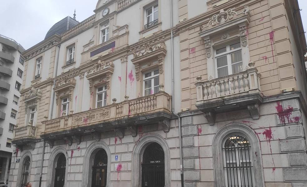 Defensores de los okupas de Santurtzi arrojan pintura a la fachada del Ayuntamiento