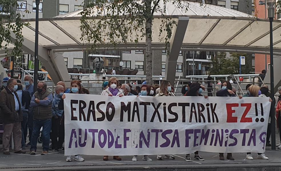 Unas 250 personas muestran en Astrabudua «su condena rotunda a la agresión machista» del sábado