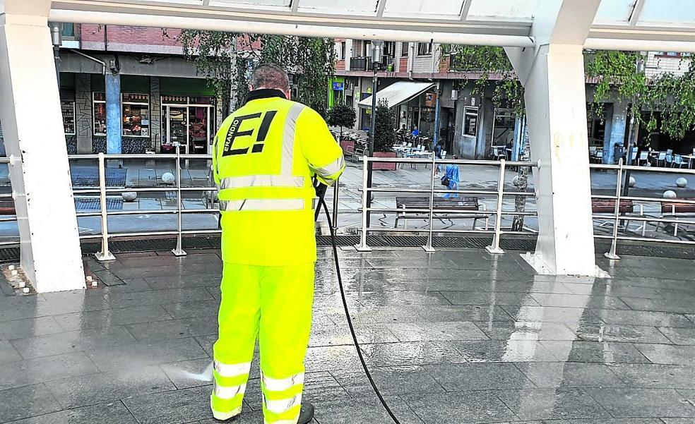 Erandio reforzará la limpieza de calles con agua a presión en las zonas urbanas