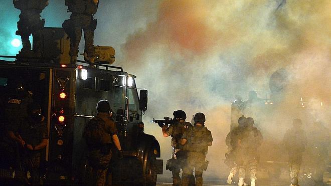 Granadas de aturdimiento y gas lacrimógeno en una nueva noche violenta en Ferguson