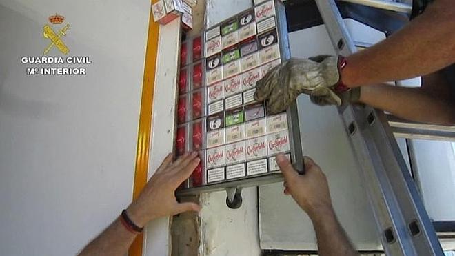 Incautadas 46.542 cajetillas de tabaco ocultas en un camión de Cádiz