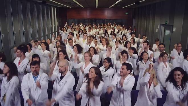 Los científicos del IRB cantan y bailan para conseguir fondos para proyectos
