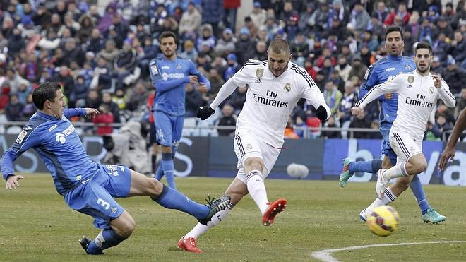 El mago Benzema ilumina al Madrid en Getafe