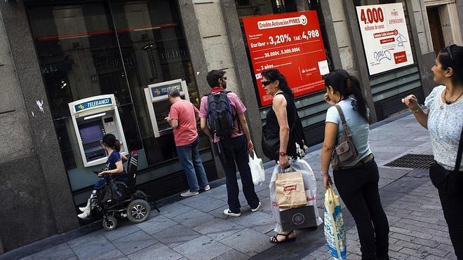 El Banco de España «actuará» para evitar la doble comisión en los cajeros