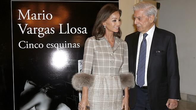 Un Vargas Llosa «muy enamorado» presenta 'Cinco esquinas'