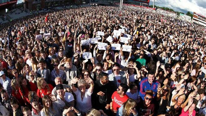 Mánchester y Ariana Grande se reconfortan con un concierto multitudinario