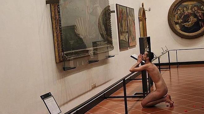 Un español se desnuda ante la obra 'El nacimiento de Venus' en Florencia