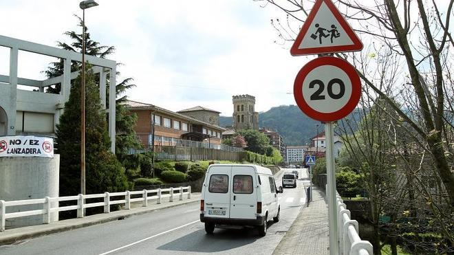 Los vecinos de Etxebarri, divididos por una señal de 20 km/h