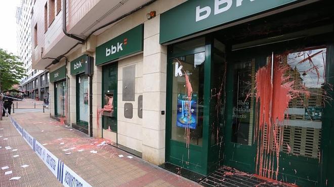 Tres encapuchados arrojan pintura a la BBK