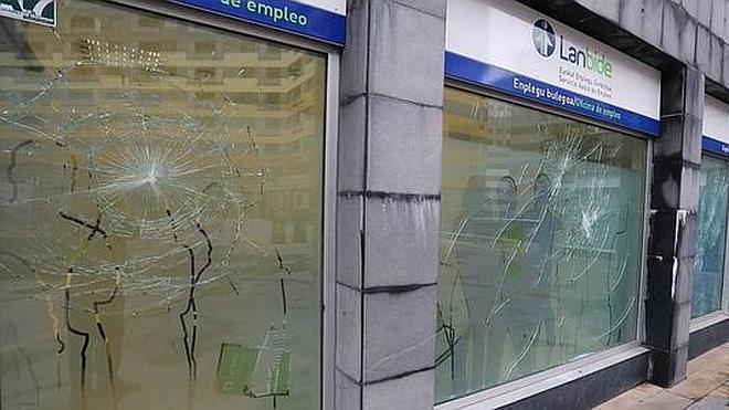 Varios encapuchados atacan con piedras las oficinas de Lanbide en Barakaldo