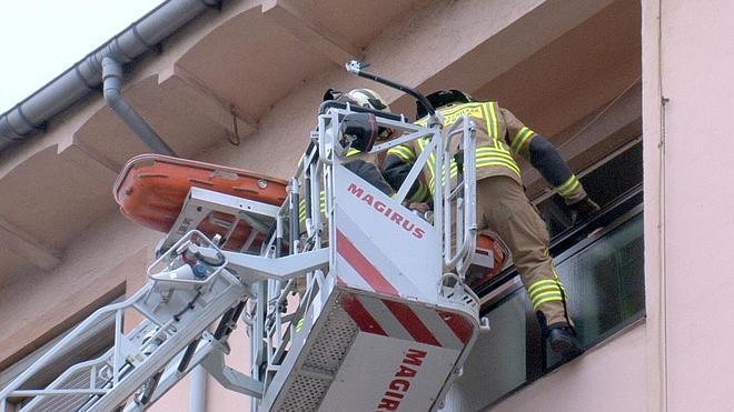 Una mujer es rescatada por la ventana tras sufrir una caída en su domicilio