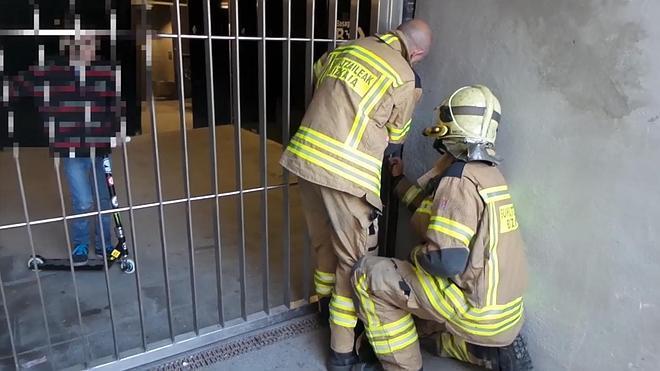 Los bomberos rescatan a un niño encerrado en un baño público en Algorta