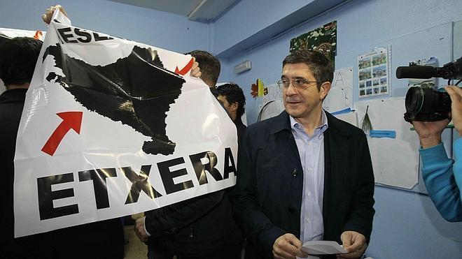 Absueltos los acusados de acosar a Patxi López cuando votó en las elecciones de 2012