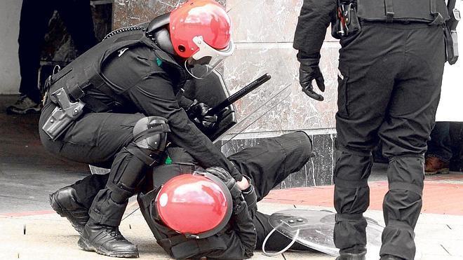 Los policías sufrieron 300 ataques el año pasado durante intervenciones en Bizkaia