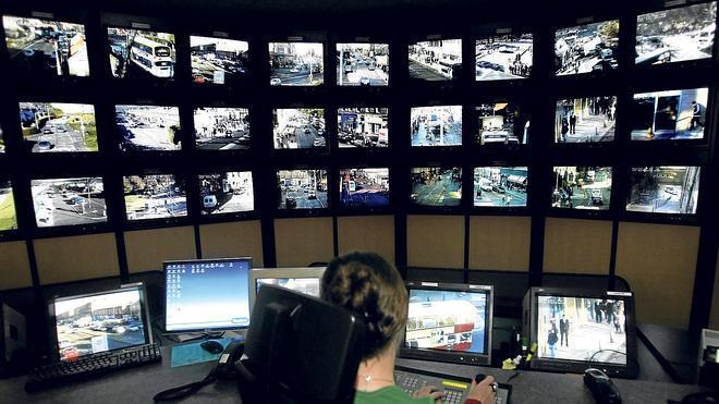 La Ertzaintza apercibe a Eroski por emplear a personal no titulado para tareas de videovigilancia