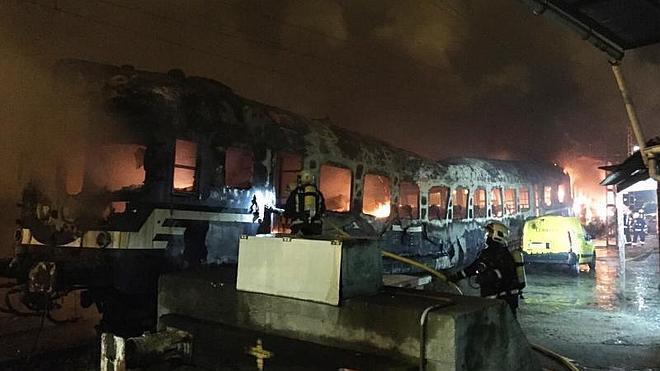 Las Ertzaintza rescata a tres personas sin hogar de un tren en llamas en Bilbao